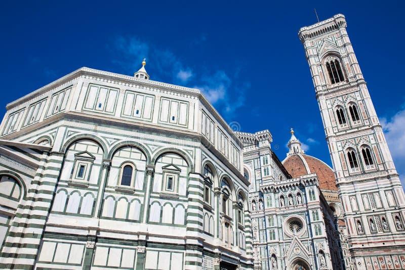 O Baptistery de St John, Campanile de Giotto e de Florence Cathedral consagrou em 1436 imagens de stock