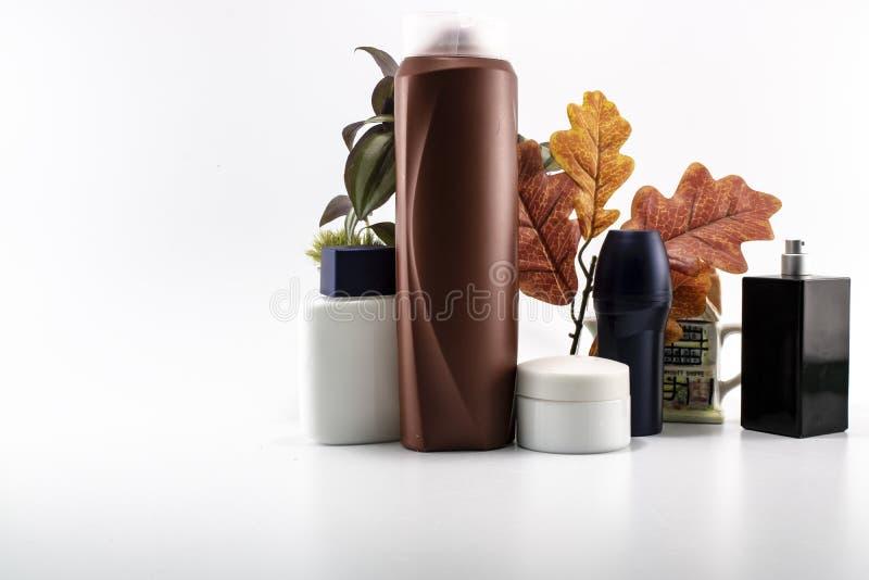 O barbeador, sabão, champô, desodorizante, creme, parfume ajustou o fundo dos termas fotografia de stock royalty free