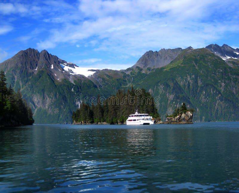 O barco admira a ilha da entrada fotos de stock