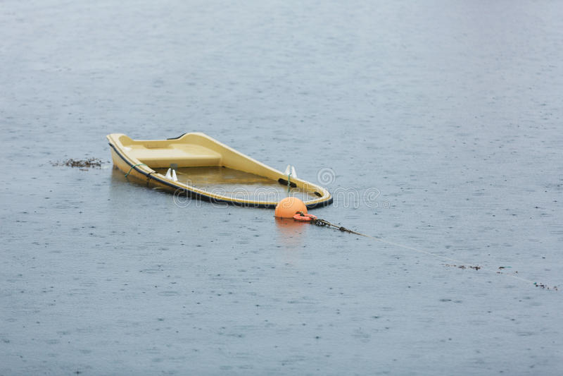 O barco afundado em uma baía fotos de stock