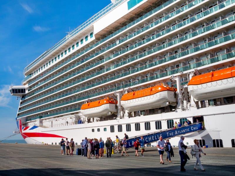 O barco Britannia do cruzeiro aterrou no porto de La Rochelle, França fotografia de stock royalty free
