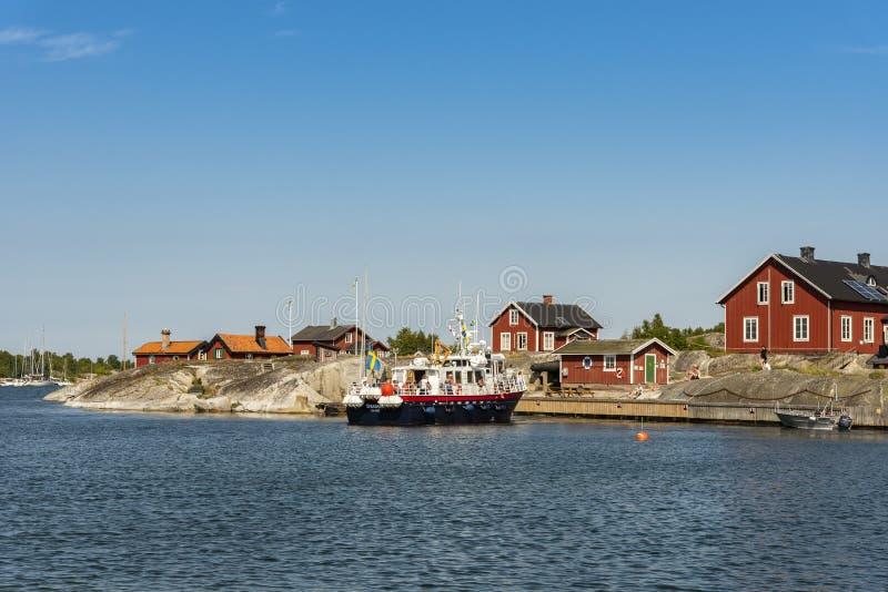 O barco da excursão chega arquipélago de Huvudskär Éstocolmo fotos de stock