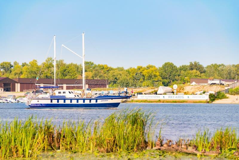 O barco de Danapr, navegando no rio de Dnieper imagem de stock
