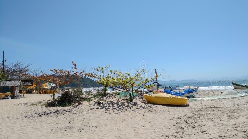 O barco de Fisher do lagoinha faz o leste em Florianopolis Brasil foto de stock royalty free