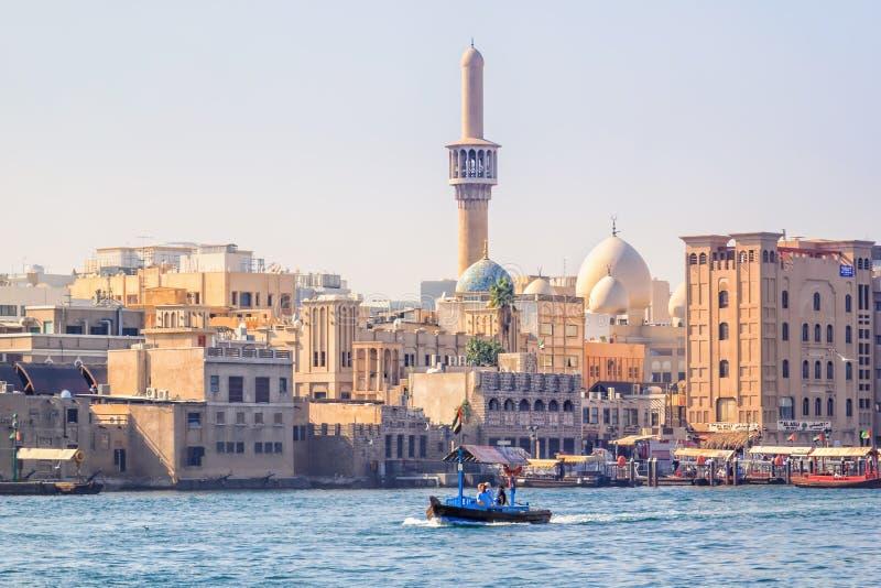 O barco de madeira pequeno rola turistas sobre a angra da baía na parte velha da cidade imagens de stock