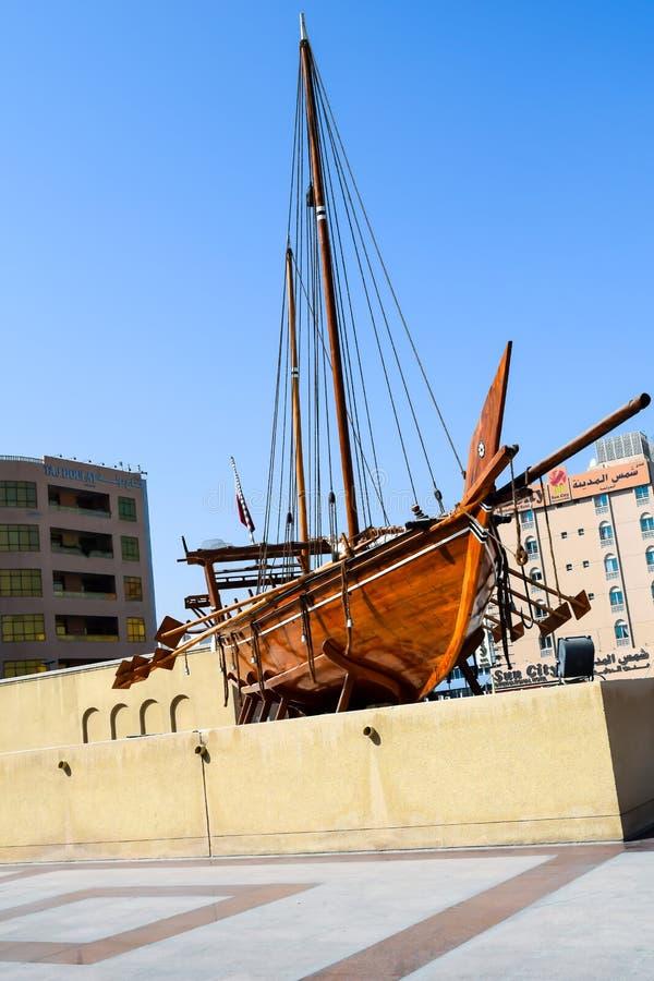 O barco de madeira velho chamou um Dhow fora do museu de Dubai nos UAE foto de stock
