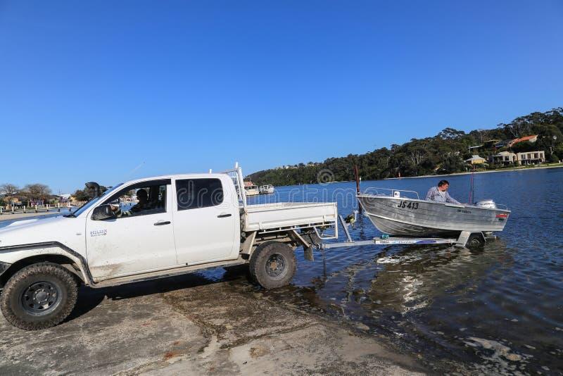 O barco de motor na área natural da proteção do malllacooto, Austrália imagem de stock royalty free