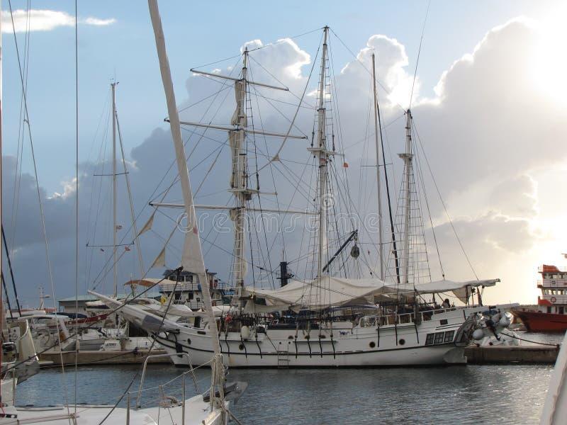 O barco de navigação antigo amarrou no porto da cidade da barra em Montenegro foto de stock royalty free