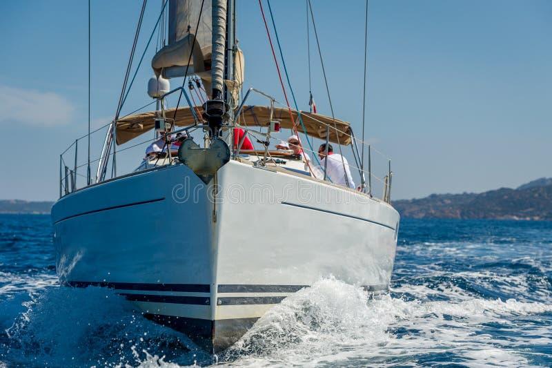 O barco de navigação está indo em linha reta à câmera Cruzamento do mar Mediterrâneo foto de stock royalty free