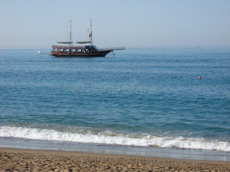 O barco de navigação turco do gulet está navegando ao longo da costa foto de stock