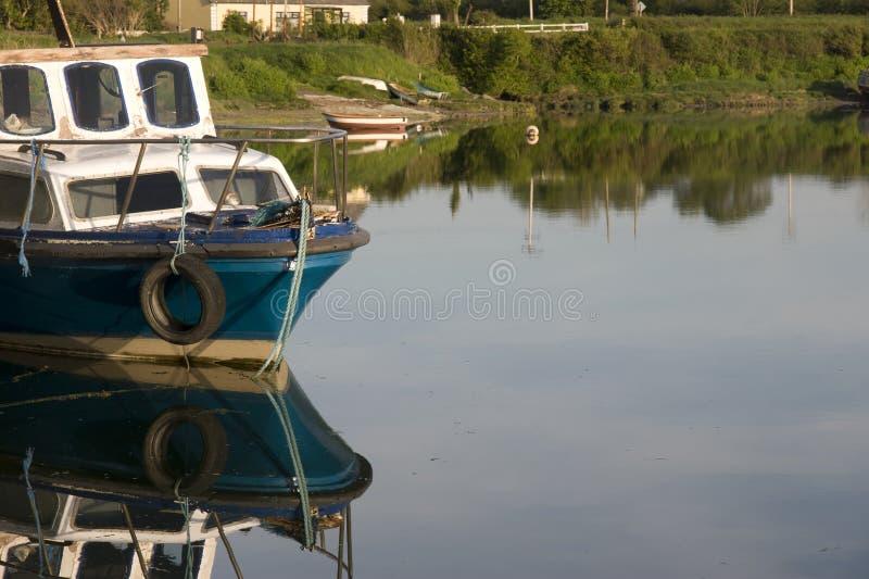 Barco de pesca velho amarrado no cais de Salleen foto de stock