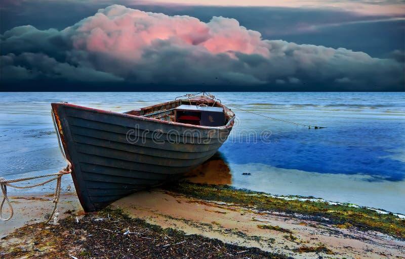 O barco de pesca velho na noite foto de stock royalty free
