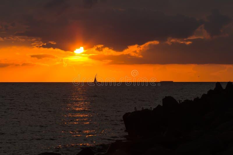 O barco de prazer está navegando em um porto ao golfo de Riga em uma SU imagem de stock royalty free