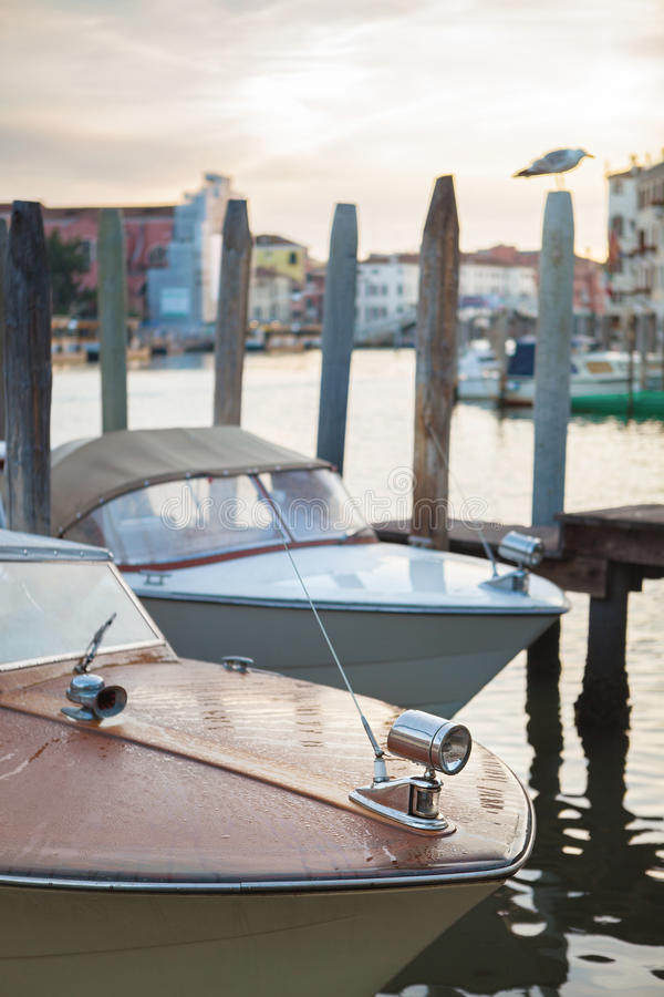 O barco de Riva estacionou no canal em Veneza fotos de stock royalty free