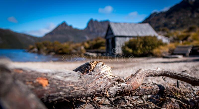 O barco derramou no lago pitoresco dove na montanha do berço, Tasmânia foto de stock