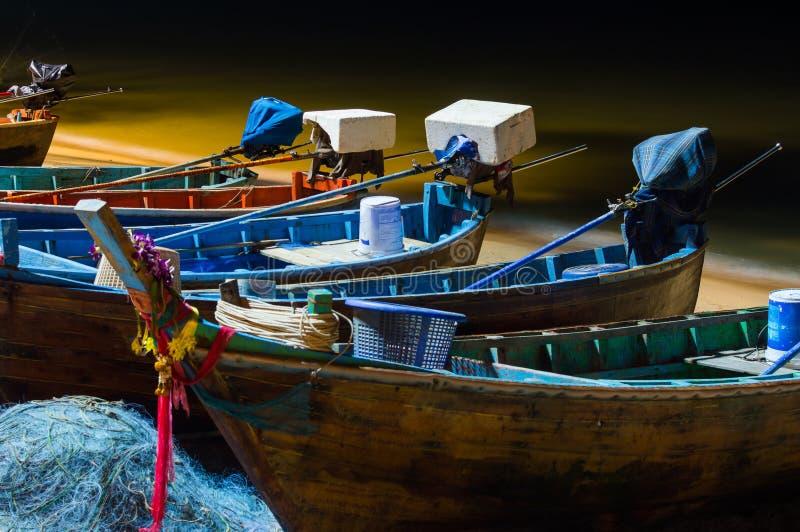 O barco do pescador ao amarrar após a pesca na noite fotografia de stock royalty free