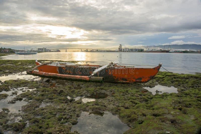 O barco durante o tempo do por do sol imagem de stock