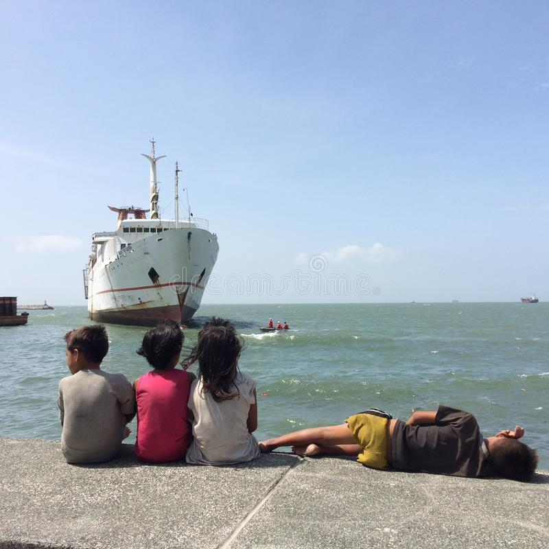 O barco e as crianças imagens de stock