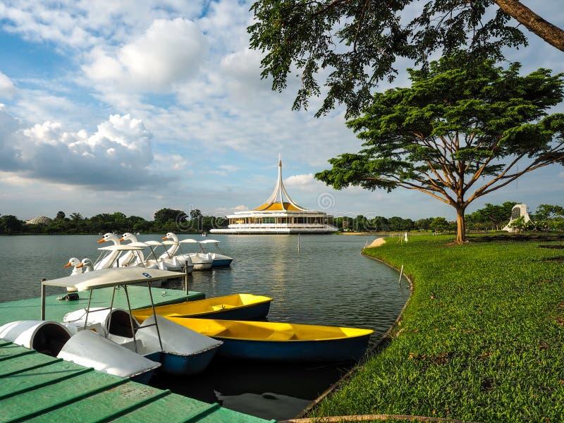 O barco e a cisne montam no lago do Rama 9 em Banguecoque imagem de stock