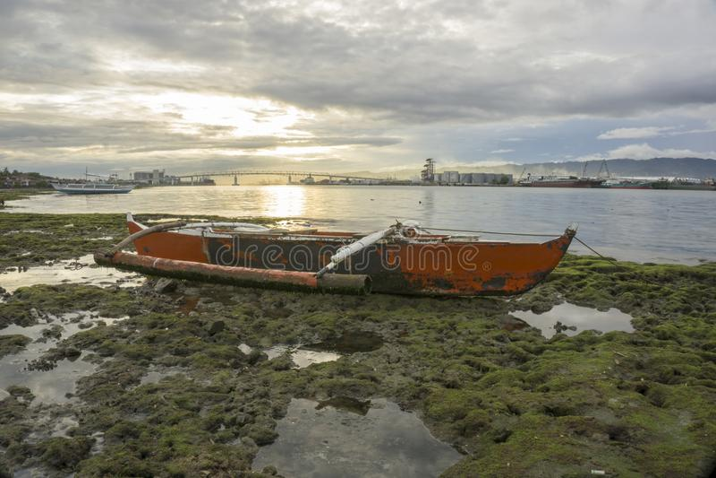 O barco e o por do sol foto de stock royalty free