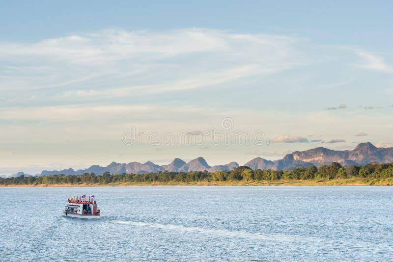 O barco em Mekong River Nakhonphanom Tailândia ao Lao fotos de stock royalty free