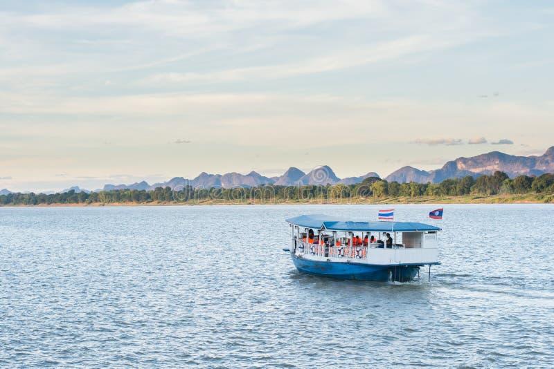 O barco em Mekong River Nakhonphanom Tailândia ao Lao fotografia de stock royalty free