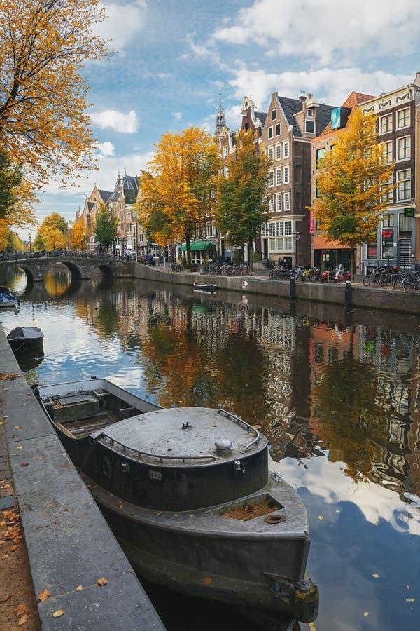 O barco entrou-me no cais do canal Oudezijds Voorburgwal imagens de stock