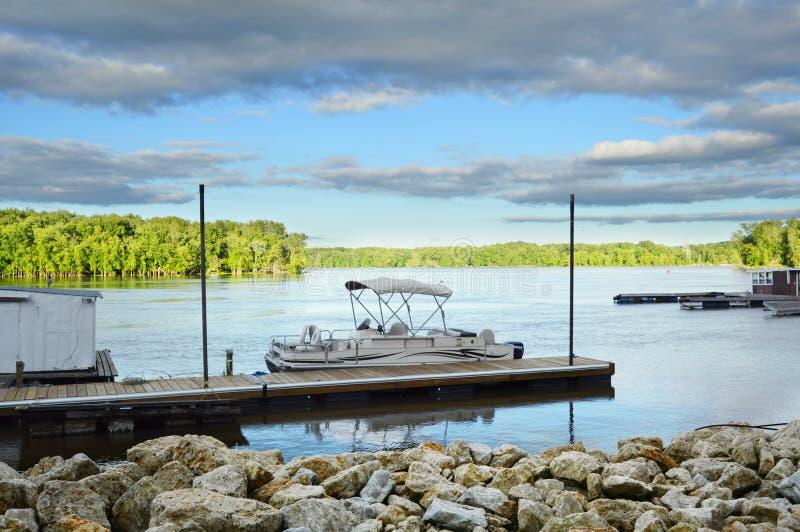 O barco entrou no lago foto de stock