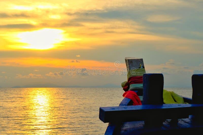 O barco está indo ao mar a proa do barco com uma opinião do mar e do céu foto de stock