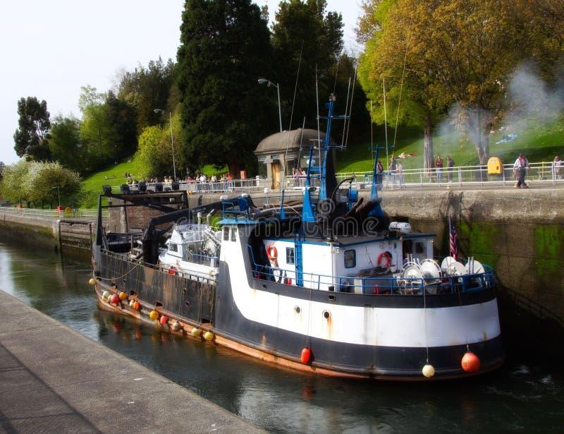 O barco industrial entrou em Ballard Locks em Seattle, Washington E.U. imagens de stock royalty free