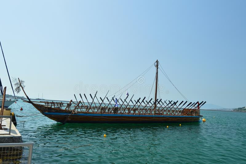 O barco legendário agradável de Argo baseou na mitologia grega no porto de Volos Curso da história da arquitetura fotos de stock