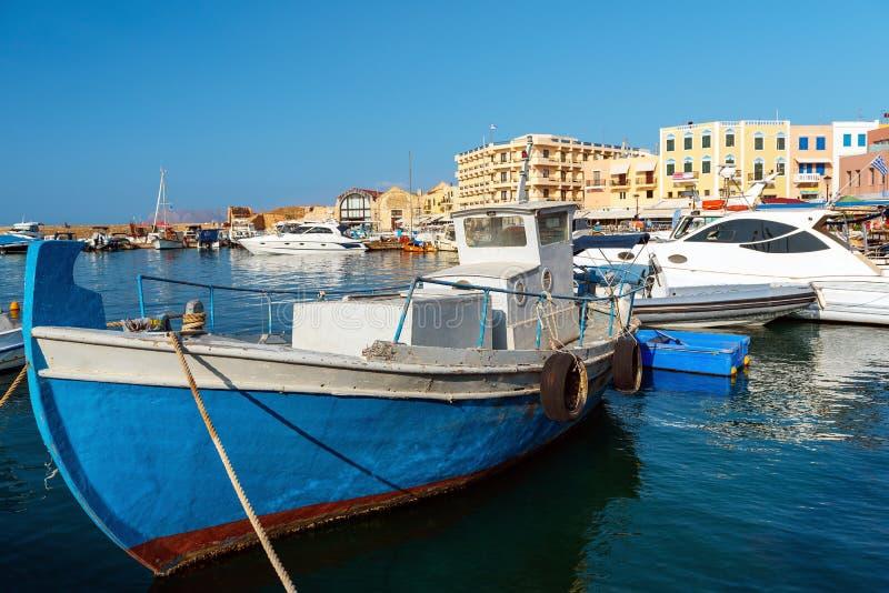 O barco a motor grego tradicional é amarrado perto do cais Console de Crete, Greece fotos de stock