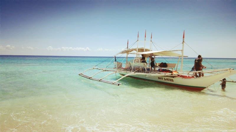 o barco na ilha idylic, fotos de stock royalty free