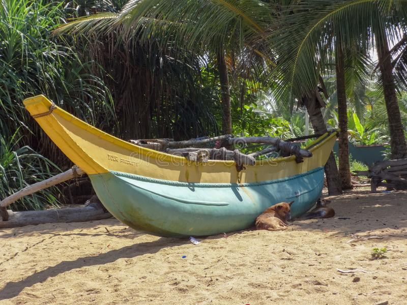 O barco na praia em Kalutara, Sri Lanka fotografia de stock royalty free