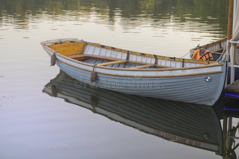 O barco no cais no parque da cidade foto de stock