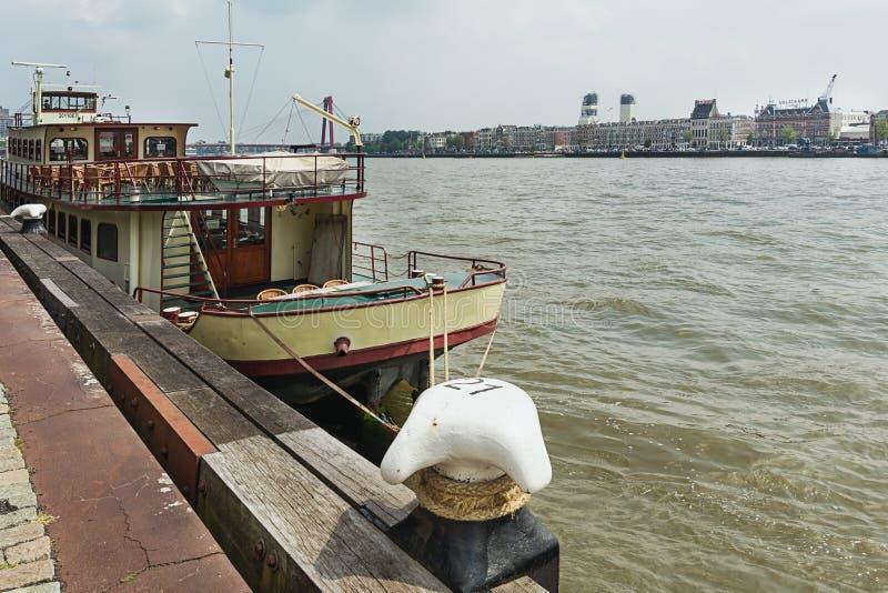 O barco para partidos entrou ao longo dos bancos do Nieuwe Mosa irive foto de stock