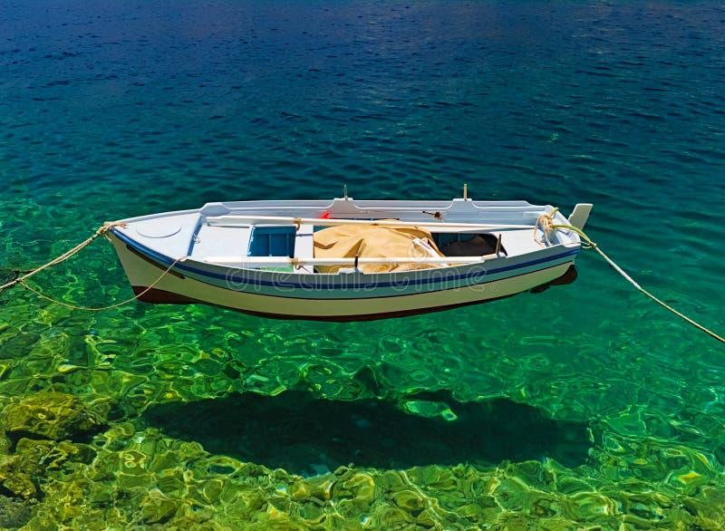 O barco parece levitar no mar claro imagem de stock royalty free
