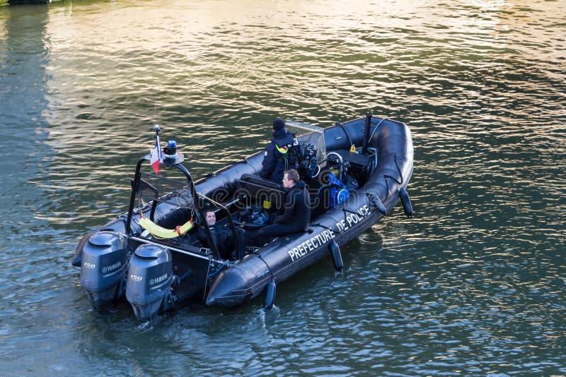 O barco-patrulha da polícia no Seine River imagens de stock royalty free