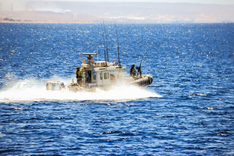 O barco-patrulha israelita patrulha a costa de Mar Vermelho perto da cidade de Eilat em Israel imagens de stock royalty free