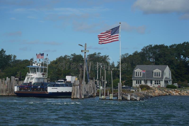 O barco South Ferry Company oferece transporte para passageiros e veículos entre Shelter Island e New Haven foto de stock