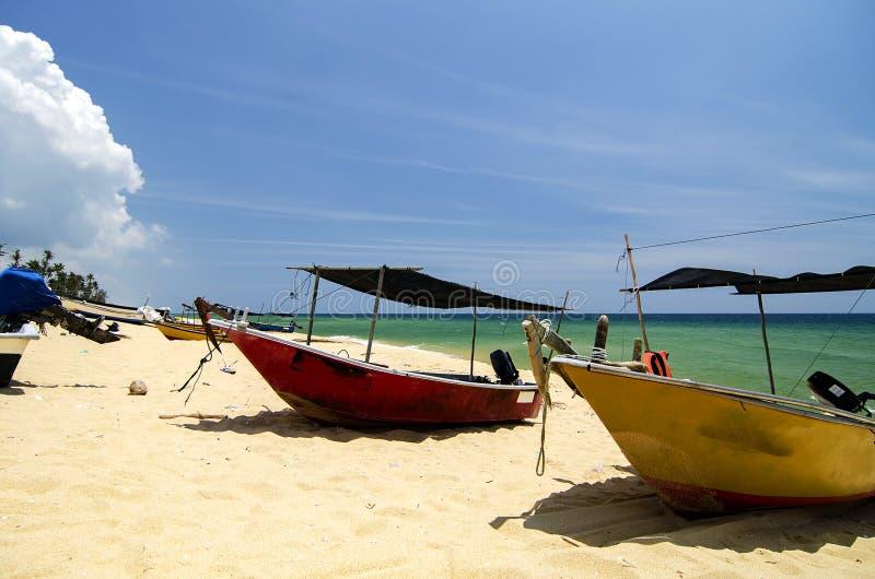 o barco tradicional do pescador amarrou sobre a opinião bonita e o Sandy Beach do mar sob o dia ensolarado brilhante imagens de stock royalty free