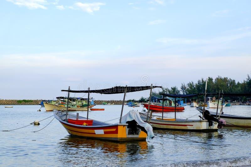 o barco tradicional do pescador amarrou sobre a opinião bonita e o Sandy Beach do mar sob o dia ensolarado brilhante imagem de stock