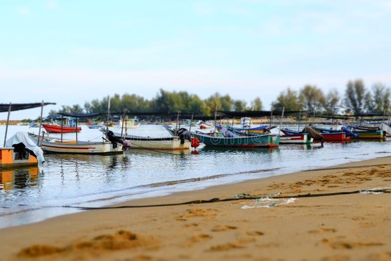 O barco tradicional do pescador amarrou sobre a opinião bonita do mar imagens de stock royalty free