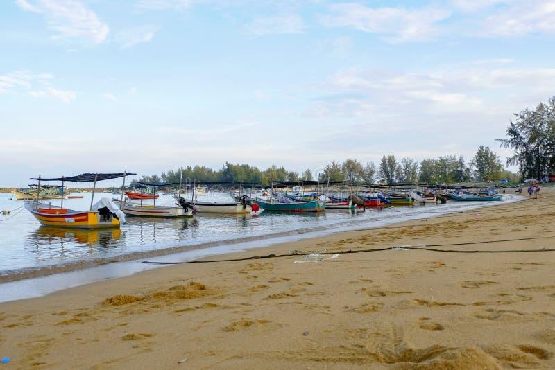 O barco tradicional do pescador amarrou sobre a opinião bonita do mar fotografia de stock royalty free