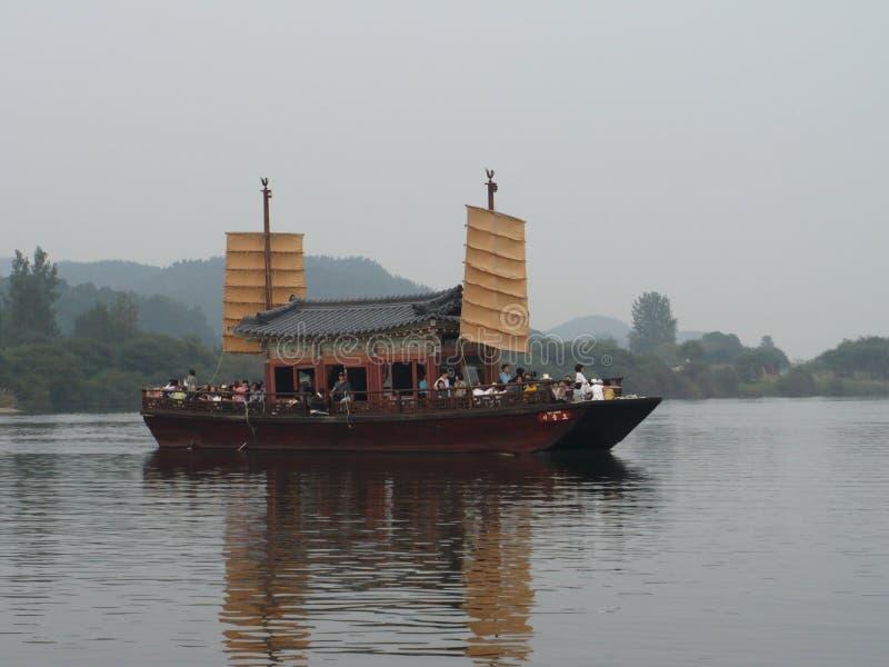 O barco tradicional leva passageiros em um rio em Coreia do Sul foto de stock royalty free