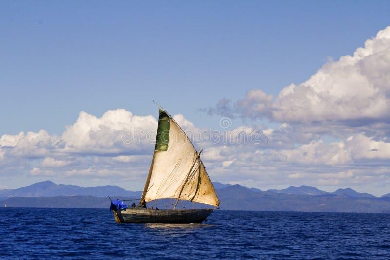 O barco tradicional malgaxe, intrometido seja ilha, Madagáscar foto de stock royalty free