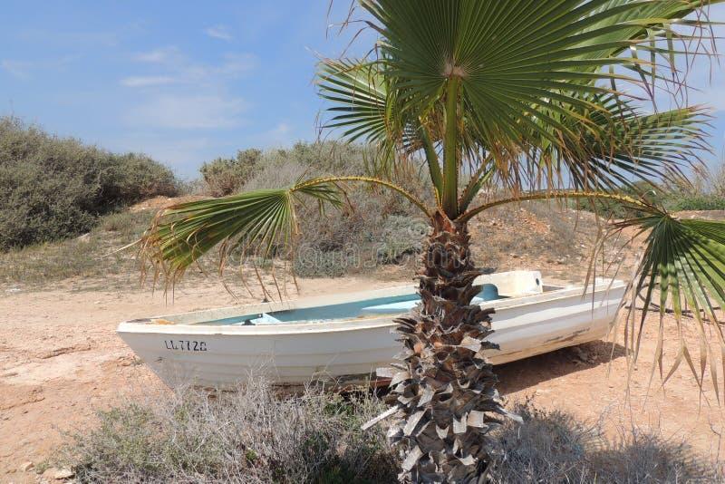 O barco velho está encontrando-se no litoral fotografia de stock royalty free