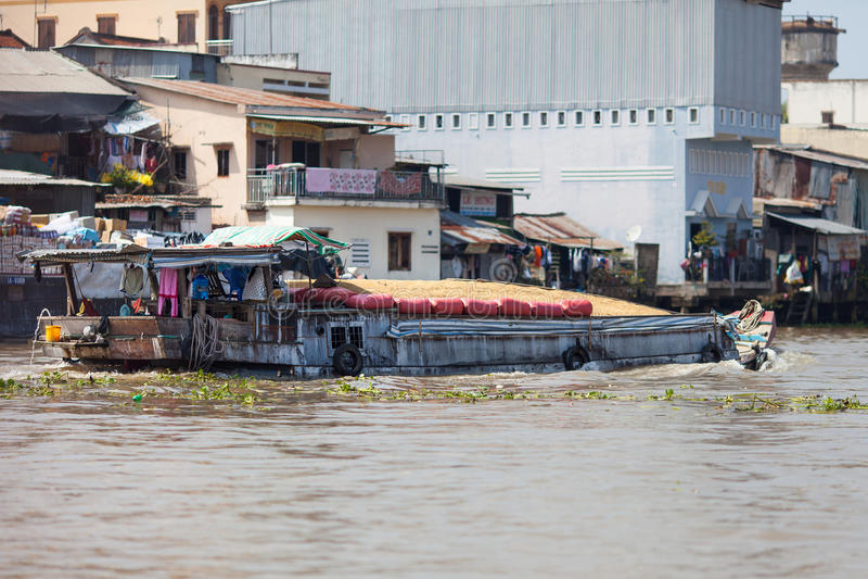 O barco vietnamiano carregou com o arroz, Cai Be, delta de Mekong, Vietname foto de stock