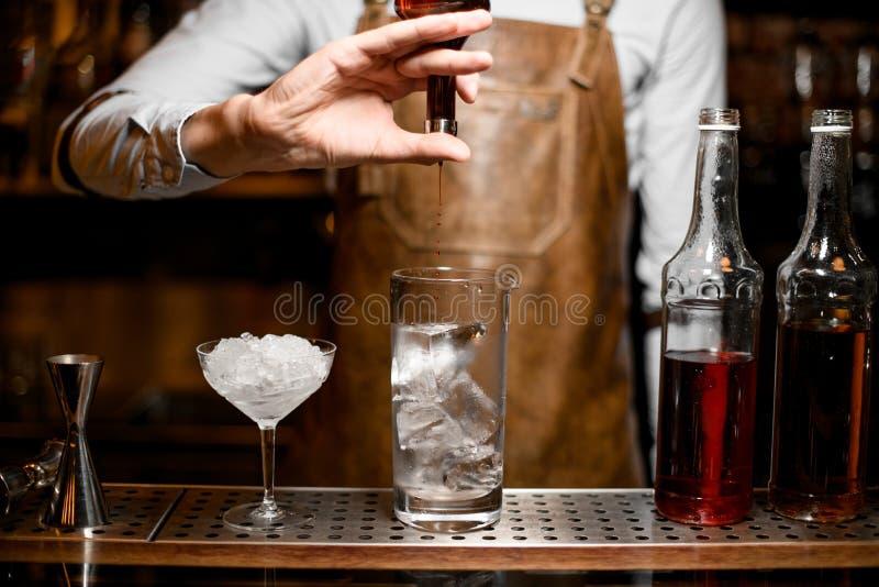 O barman derrama o cocktail usando o tubo de ensaio com conta-gotas fotos de stock royalty free