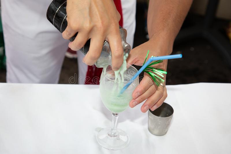 O barman do homem prepara um cocktail na barra fotografia de stock royalty free